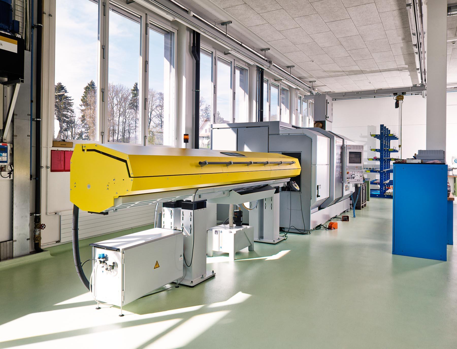 Moderne Maschinen / heller Arbeitsplatz